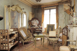 Cluttered French Apartment 01