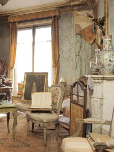 Cluttered French Apartment 02